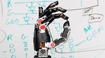 DARPA toxunuşu hiss etməyə imkan verən bionik əl hazırlayıb