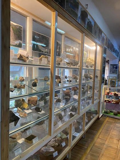 Təbiət Tarixi Muzeyindəki geoloji nümunələrin əksəriyyəti Azərbaycanın faydalı qazıntı yataqlarından toplanılır
