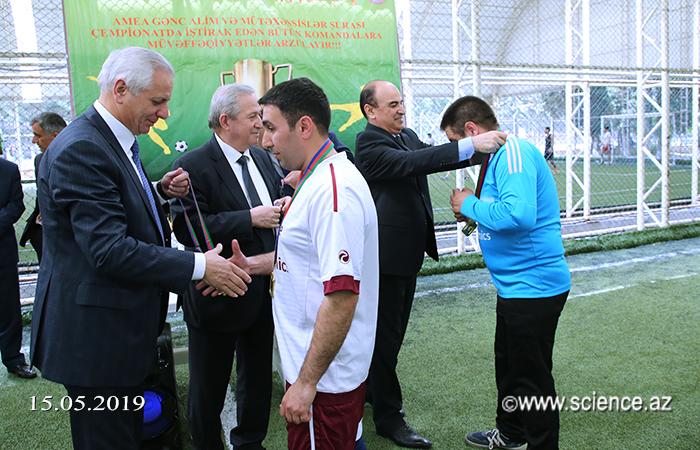 """İqtisadiyyat İnstitutunun komandası """"AMEA-nın gənc alim və mütəxəssislərinin VI futbol çempionatı""""nın qalibi olub"""
