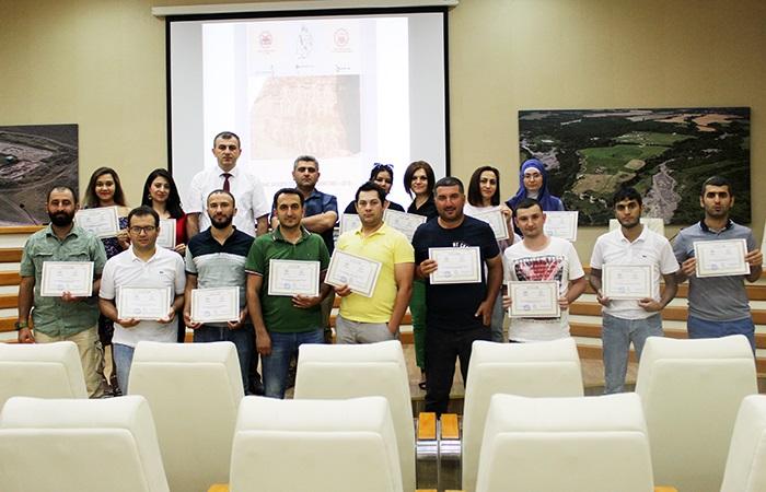 Gənc arxeoloq alim və tələbələrin yay məktəbində fərqlənən iştirakçılara sertifikatlar verilib