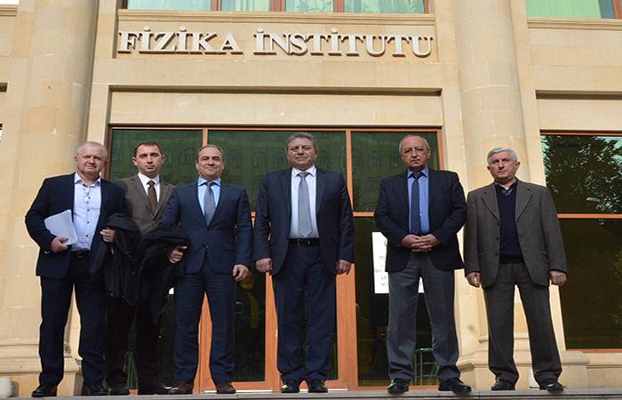 İsrailli alimlər Fizika İnstitutunda olublar